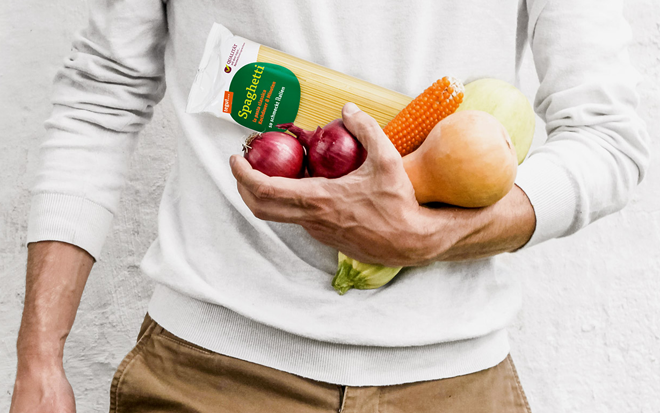 Mann mit Lebensmittel auf Arm