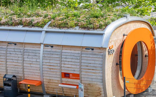 tegut... teo Außenansicht mit begrüntem Dach und Fahrradstation