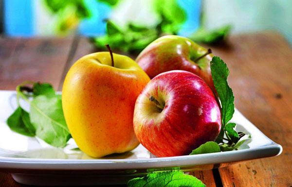 drei Äpfel auf einem Teller
