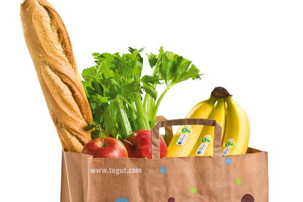 Einkaufstüte mit Baguette, Obst und Gemüse