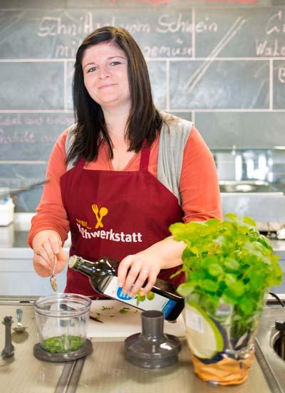 Katharina Bräuning beim Kochen