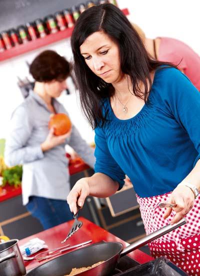 Jeanett Schäfer beim Kochen in der Küche