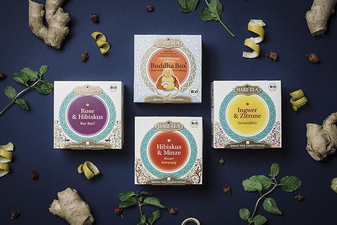Vier Verpackungen von Hari Tee