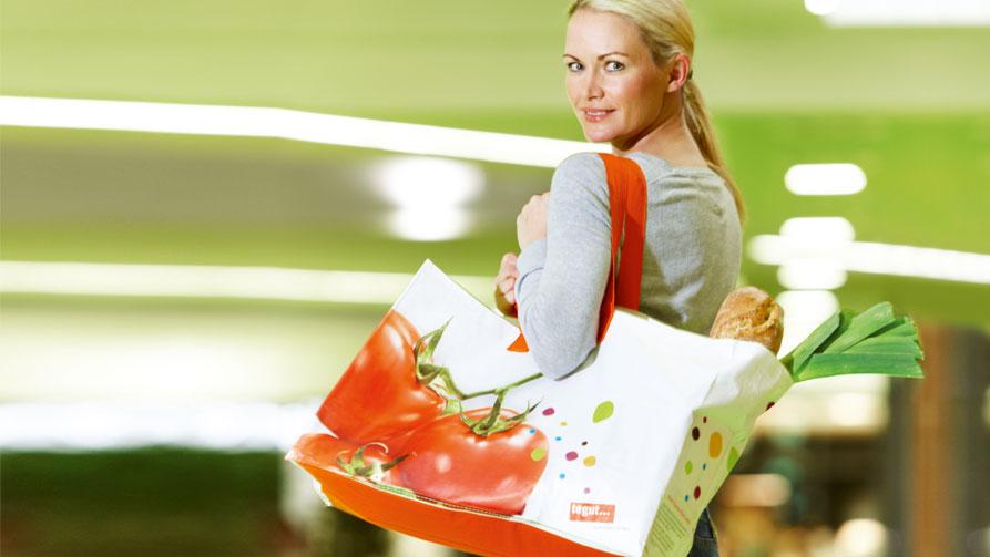 Frau trägt Tasche fuers Leben