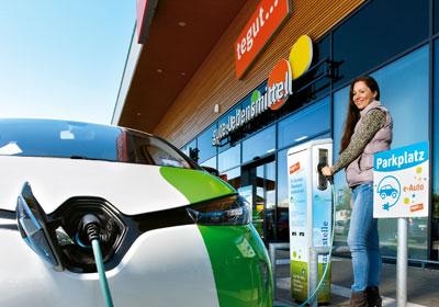 Kundin betankt Elektroauto in Marburg Cappel