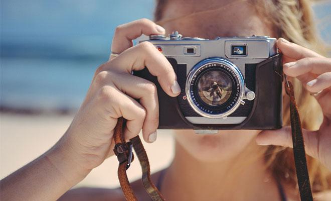Frau mit Camera am Strand Closeup