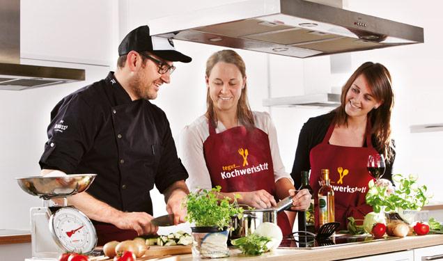 Patrick Bohl kocht mit zwei Frauen