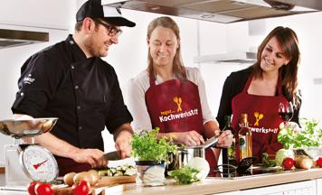 Gruppe beim Kochen in der Küche