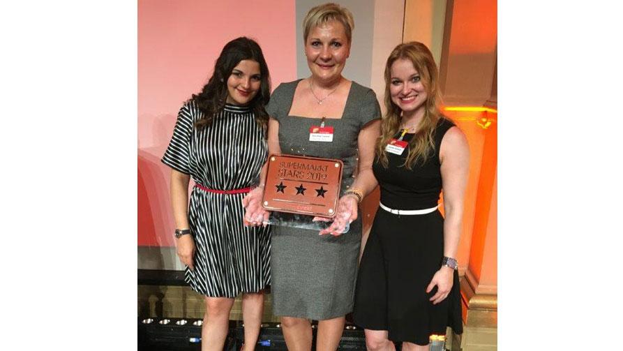 Marktleiterin des Jahres 2019 Dorothea Trautner mit Jennifer Gerhardt rechts und Cansu Ertugrul