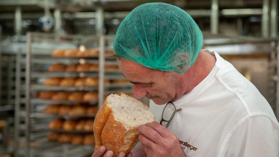 Mitarbeiter der herzberger Bäckerei mit Brot