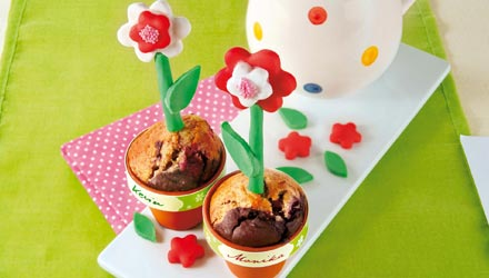 Kinderkuchen Blumentoepfe mit Kirschen
