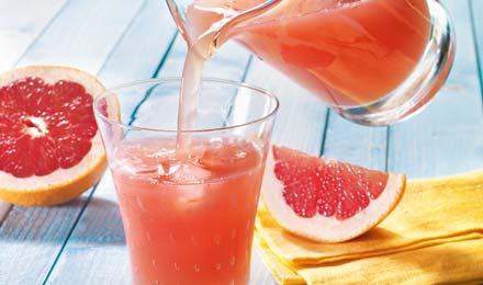Pink Grapefruit Limonade eingiessen in ein Glas