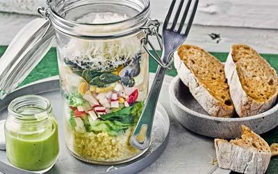 Salat to go mit Eiern und Avocado Dressing