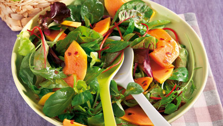 Würziger Salat mit Papaya und Mini Croissants