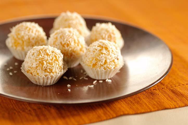 Powerballs Aprikose Kokos auf einem Teller