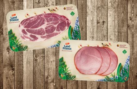 Zwei Flatskin-Verpackungen mit Wurst und Fleisch auf Holz