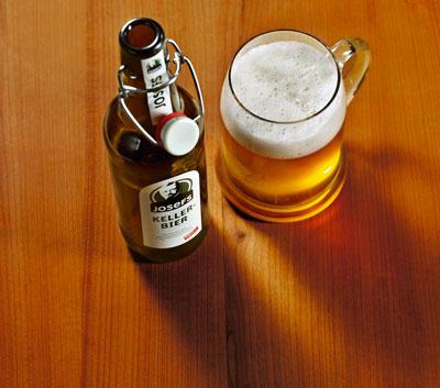 eine Flasche und ein Glas mit Josefs Kellerbier