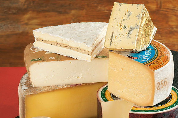 veschieden Käsesorten aufeinander