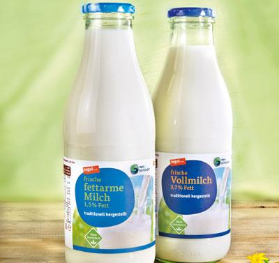 zwei Flaschen tegut... fairbindet Frischmilch