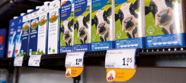 regionale Milch in einem Regal mit Regionalkennzeichnung