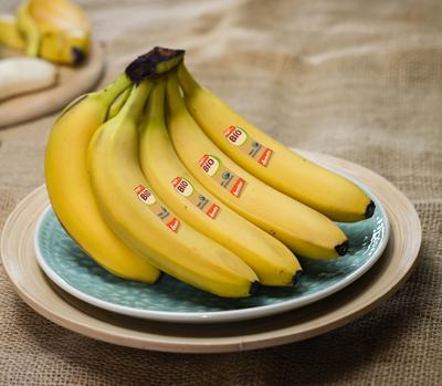 Fairbindet Bio Bananen auf einem Teller