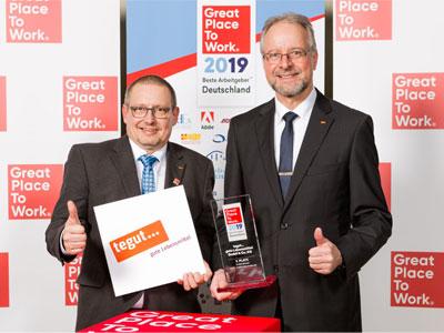 Günter Ledermann und Karl-Heinz-Brand halten Auszeichnung