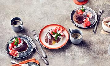 Schokoladen-Malheur auf Teller mit Kaffeetassen daneben