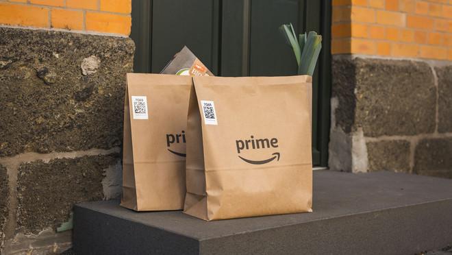 zwei Amazontüten vor Tür