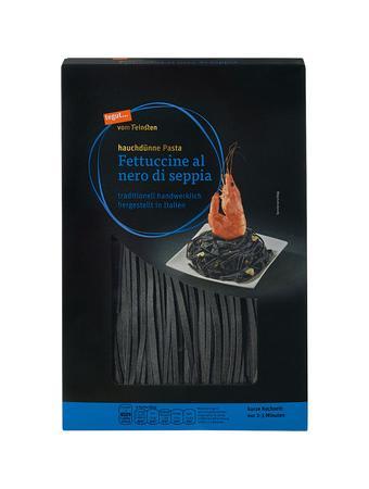 Darstellung von Fettuccine al nero di seppia