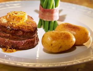 Bohnen-Bouquet und Schwenkkartöffelchen mit Rinderfiletsteak