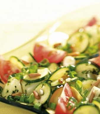 Zucchini-Melonen-Salat mit gerösteten Pinienkernen