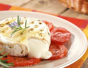 gegrillter Ziegenkäse auf Tomaten