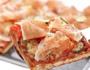 Pizza mit Zucchini und Bauernschinken
