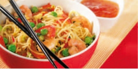 Chinesische Bratnudel-Pfanne mit Paprika und Garnelen