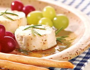 Marinierter Ziegenkäse mit Weintrauben und Grissini