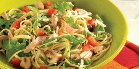Spaghettisalat mit Champignons, Rucola und Tomaten-Vinaigrette