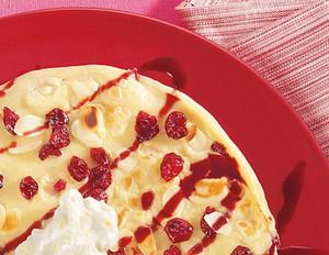 Cranberry-Pfannkuchen mit Mandelblättchen und Cassis-Holundersauce