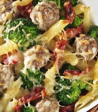 Pasta-Brokkoli-Gratin mit getrockneten Tomaten und Hackbällchen