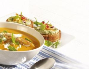 Kürbis-Zitronengrassuppe mit Räucherfischstreifen