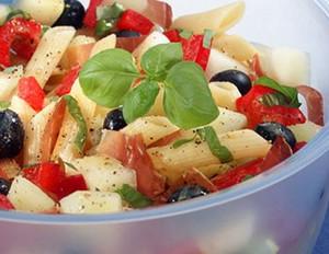 Picknick-Nudelsalat mit Melone und Basilikum