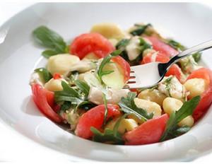 Tomaten-Gnocchi mit Rucola und Mozzarella