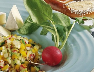 Radieschen-Salsa mit Camembert und Laugenbrezeln