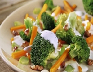 Brokkoli-Möhren-Salat mit Walnüssen