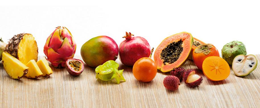 Exotische Früchte dargestellt auf einem Tisch