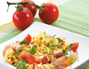 Sommerlicher Nudelsalat mit Tomaten und Pesto