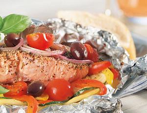 Grillpäckchen mit Lachsfilet und Sommer-Gemüse