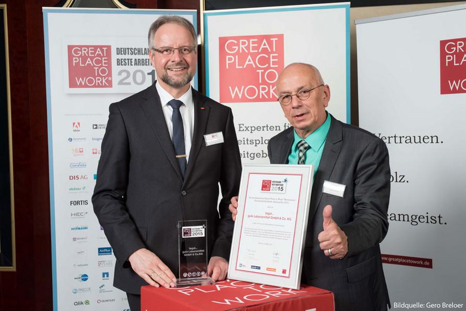 """Karl-Heinz Brand und Harald Bottin freuen sich stellvertretend für alle tegutianer über die Auszeichnung """"Deutschlands beste Arbeitgeber""""."""
