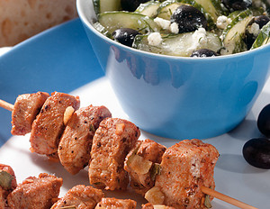 Souvlaki-Spieße mit griechischem Gurkensalat