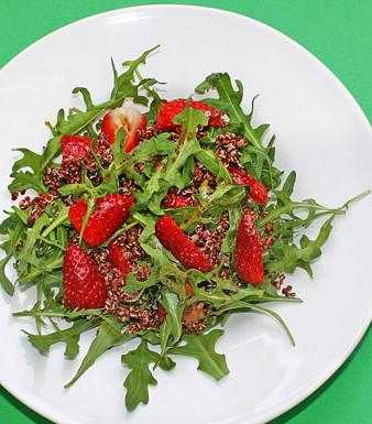 Rucola-Quinoa- Salat mit Erdbeeren