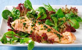 Gemischter Salat mit Lachs und Kräuter-Würzöl